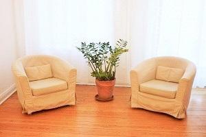Sitzplätze für Patient und Psychtherapeutin